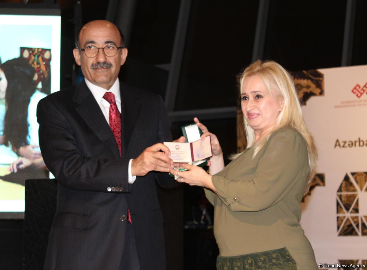 Фонд Гейдара Алиева подарил  Азербайджанскому музею ковра вышивку редчайшей композиции, относящейся к искусству ковроткачества Карабаха (ФОТО) - Gallery Image
