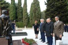 YAP-ın rəhbərliyi və üzvləri ümummilli lider Heydər Əliyevin xatirəsini yad ediblər (FOTO) - Gallery Thumbnail