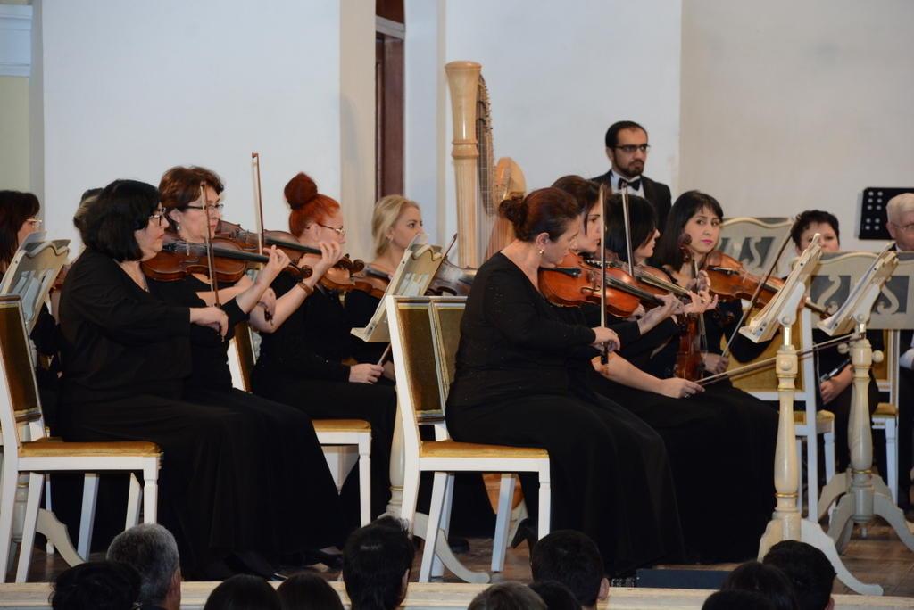 Fərhad Bədəlbəyli UNEC kollektivi üçün xüsusi konsert proqramı ilə çıxış edib (FOTO) - Gallery Image