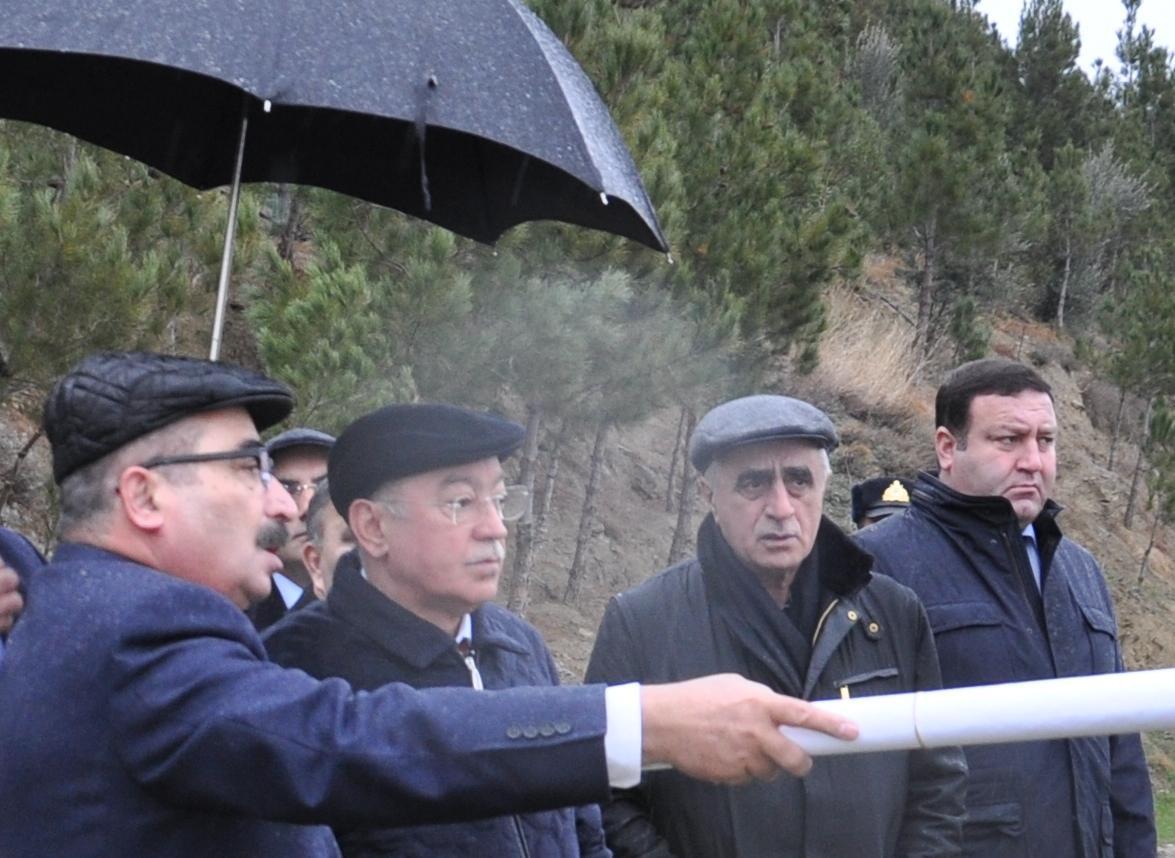 Azerbaijani officials review landslide zone in Baku (PHOTO)