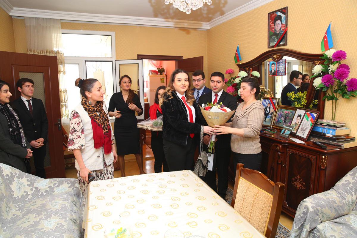 Binəqədi rayon icra hakimiyyətinin nümayəndələri şəhid analarına baş çəkib (FOTO)