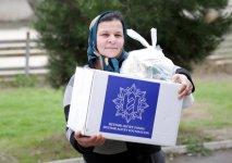 По инициативе Фонда Гейдара Алиева малообеспеченным семьям раздаются праздничные подарки (ФОТО) - Gallery Thumbnail