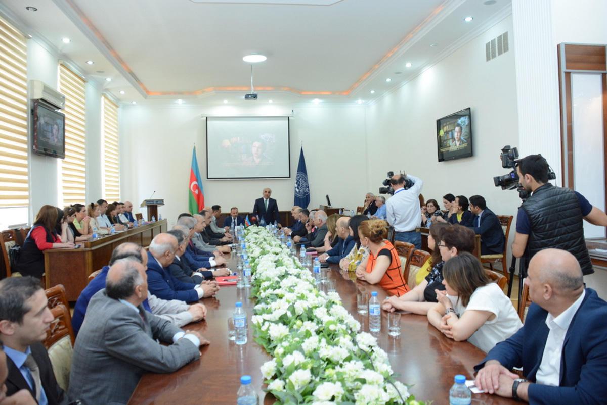"""UNEC-də konfrans: """"Müstəqil Azərbaycan Xalq Cümhuriyyətinin varisidir"""" (FOTO)"""