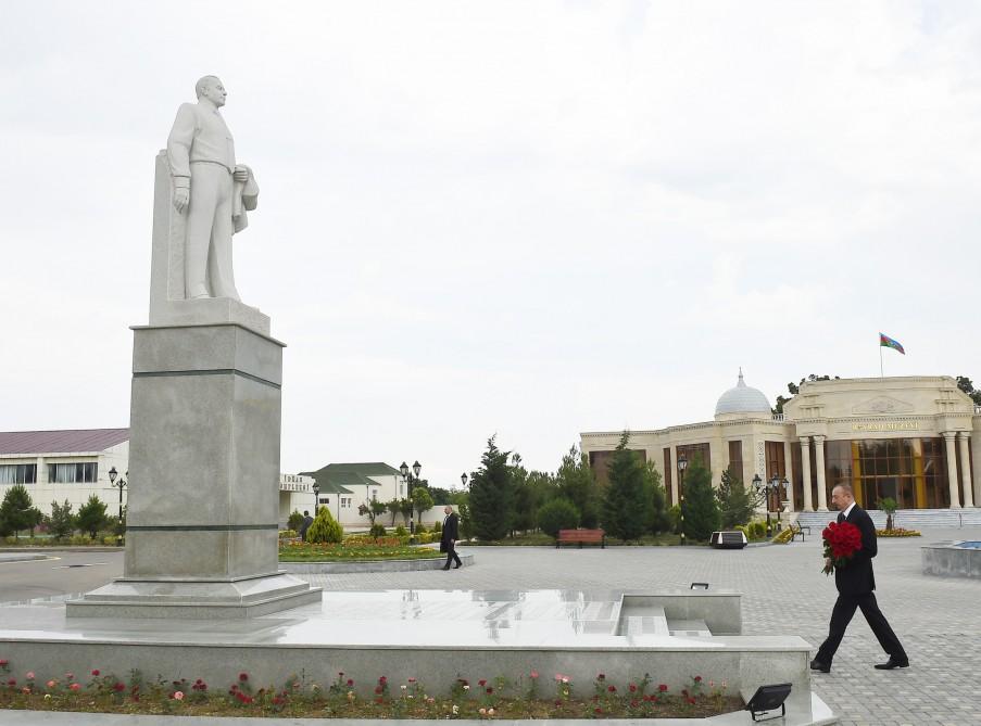 President Aliyev visits statue of national leader Heydar Aliyev in Goranboy (PHOTO)