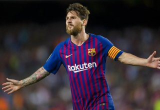 Messi scores 400th league goal to help Barca reach halfway point