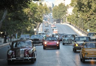 Footage from traditional classic car race in Baku