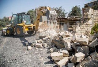 """BŞİH """"Zeytunluq""""da qanunsuz zəbt olunmuş 16 torpaq sahəsinin hasarlarını söküb (FOTO)"""