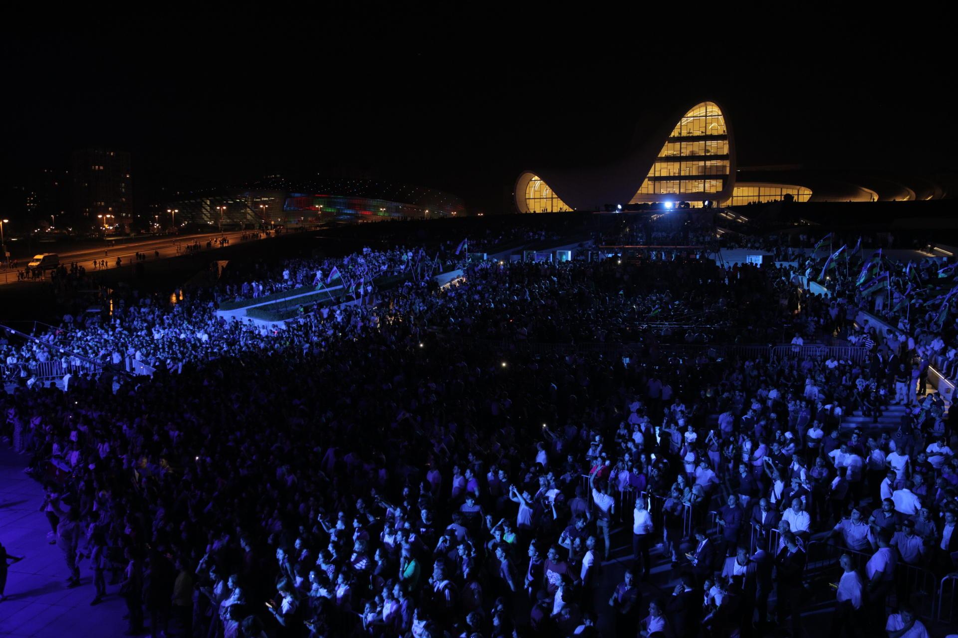 Heydər Əliyev Mərkəzinin parkında Bakının azad edilməsinin 100 illiyinə həsr olunmuş konsert maraqla qarşılanıb (FOTO) - Gallery Image
