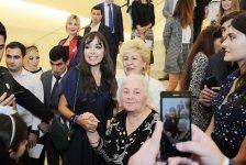 Leyla Əliyeva Heydər Əliyev Mərkəzində Nəsimi – şeir, sənət və mənəviyyat Festivalı çərçivəsində sərgilərin açılışında iştirak edib (FOTO) - Gallery Thumbnail