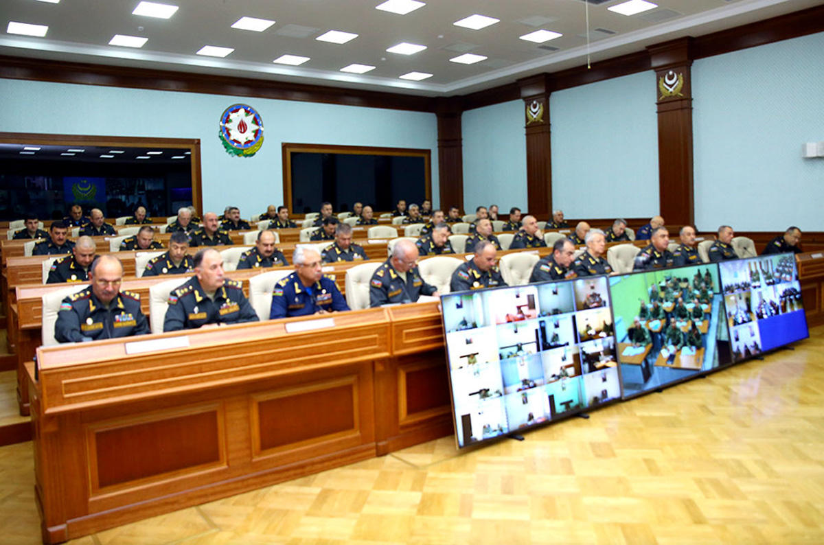 Defense minister holds official meeting with command staff of Azerbaijani army (PHOTO) - Gallery Image