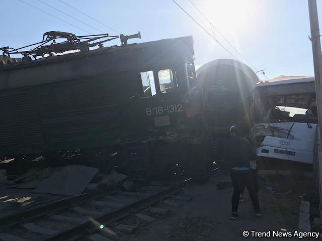 Число пострадавших в результате столкновения автобуса с поездом в Баку достигло 34 человек (ФОТО/ВИДЕО) (Обновлено) - Gallery Image