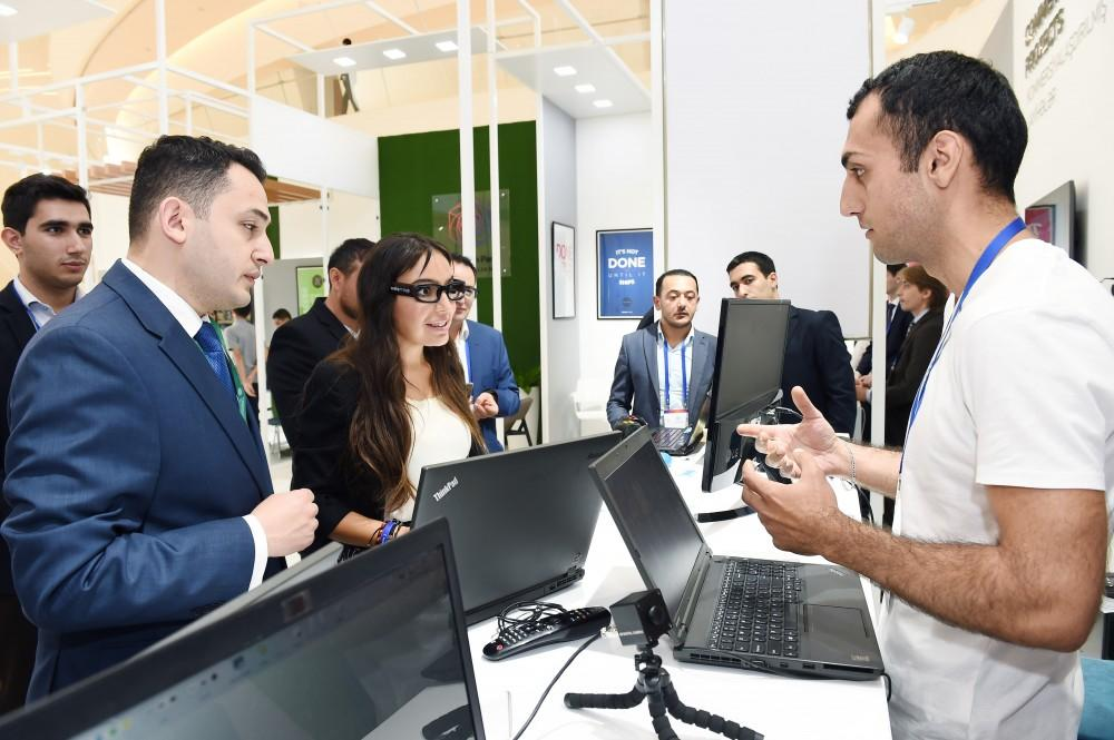 Heydar Aliyev Foundation VP Leyla Aliyeva viewed pavilion which showcases innovative products and successful start-up applications (PHOTO) - Gallery Image