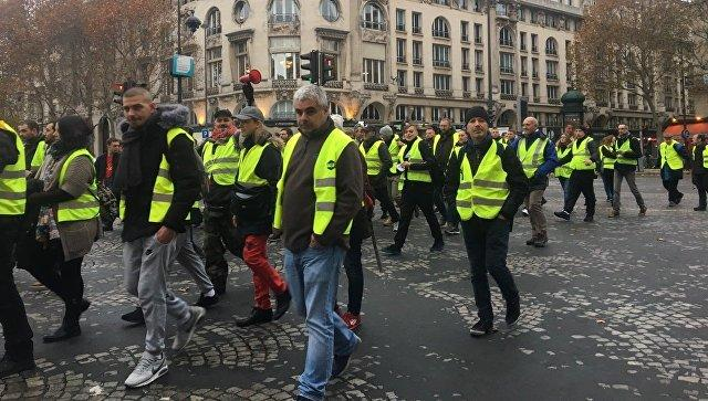 """France's """"yellow vest"""" protests rumble on in quieter mood"""