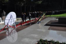 YAP nümayəndələri Fəxri xiyabanda umummilli lider Heydər Əliyevin məzarını ziyarət ediblər (FOTO) - Gallery Thumbnail