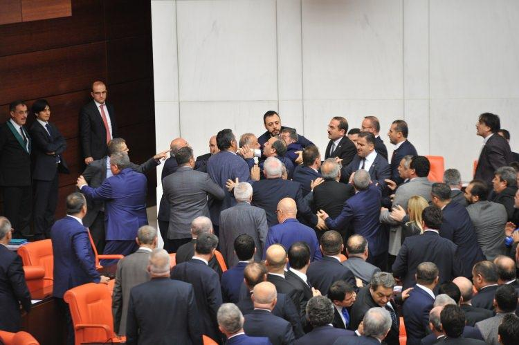 Türkiyə parlamentində deputatlar dava saldı (FOTO) - Gallery Image