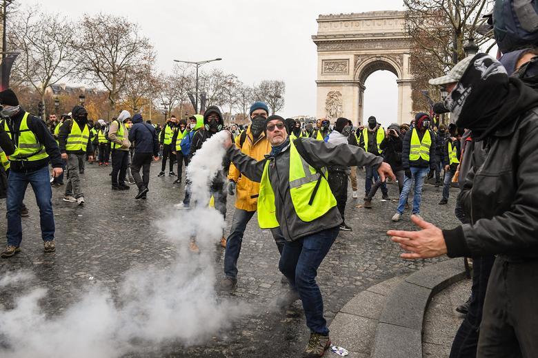 """Cотни """"желтых жилетов"""" вышли на акцию протеста на Елисейские поля - СМИ"""