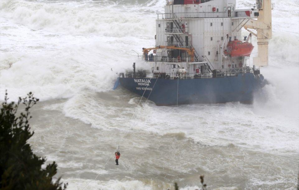 В Стамбуле ведутся работы по спасению экипажа севшего на мель грузового судна (ФОТО/ВИДЕО) - Gallery Image