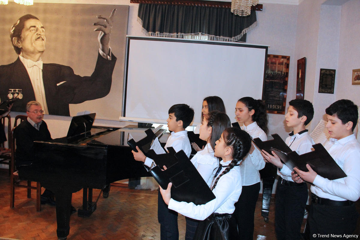 Эйюб Гулиев провел вечер с талантливыми учениками школы имени Рафига Бабаева (ВИДЕО, ФОТО) - Gallery Image