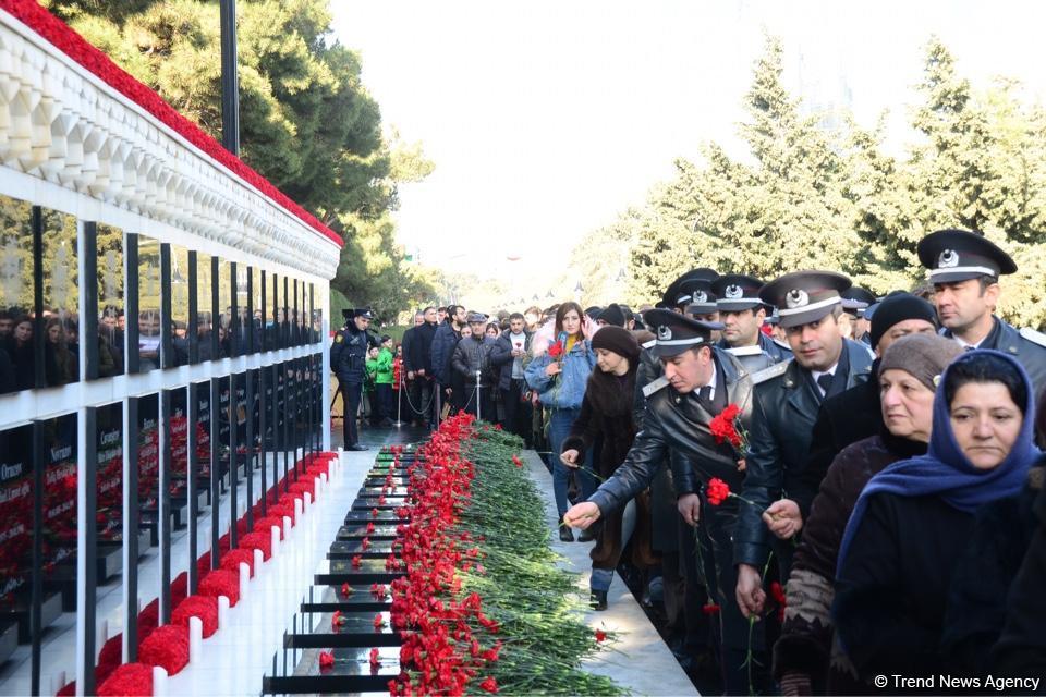 Azərbaycan ictimaiyyəti 20 Yanvar faciəsi qurbanlarının əziz xatirəsini yad edir (FOTO) - Gallery Image