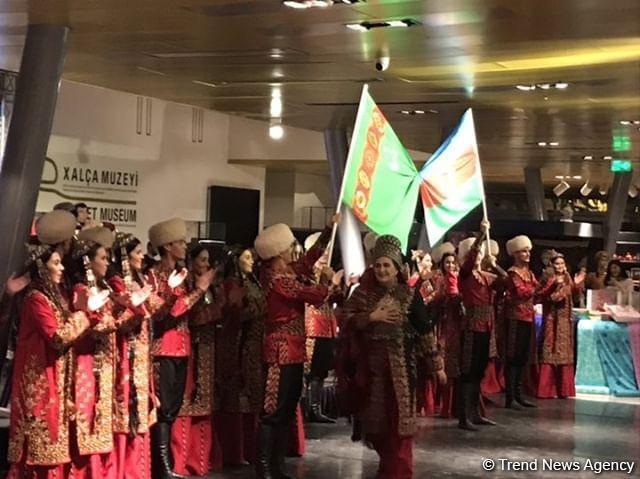 Ковры ручной работы и ювелирные украшения Туркменистана в Баку (ФОТО)