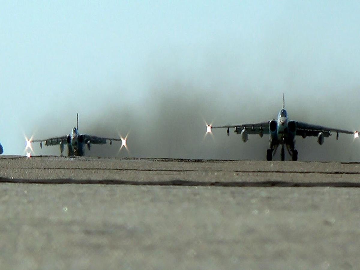 Azərbaycan Ordusunun təlimləri zamanı döyüş aviasiya vasitələrinin yerdəyişməsi həyata keçirilib (FOTO/VİDEO)
