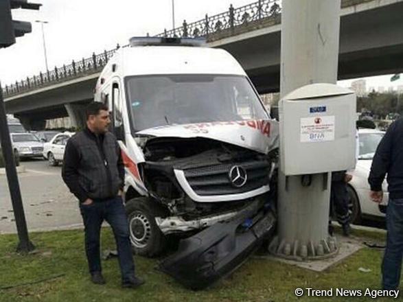 В Баку попал в ДТП автомобиль скорой помощи