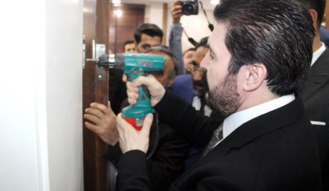 New head of municipality of Turkish province demolishes all doors in municipality building