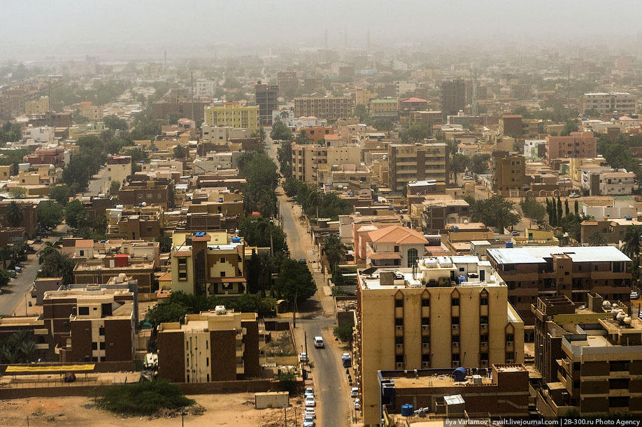 Sudanese protesters clash with security forces outside Bashir's compound