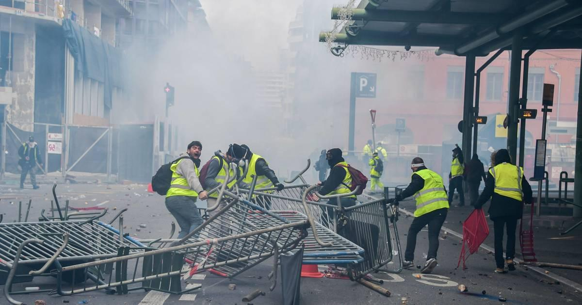 Yellow vests, pension reform protesters reportedly clash with police in Paris, Nantes