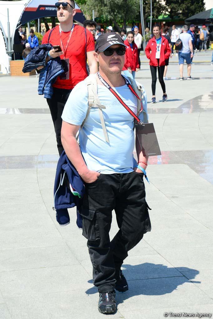 Зрители Гран При Формулы 1 SOCAR Азербайджан совмещают полезное с приятным (ФОТО) - Gallery Image