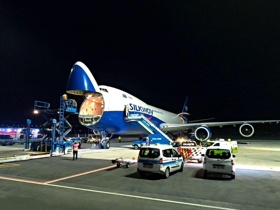 """Azərbaycanın """"Boeing 747"""" yük təyyarəsi ilk dəfə İstanbulun yeni hava limanına eniş edib (FOTO) - Gallery Image"""