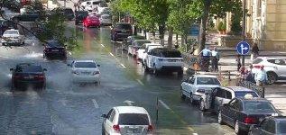 """Прорыв канализации привел к """"пробкам"""" в центре Баку (ФОТО) - Gallery Thumbnail"""