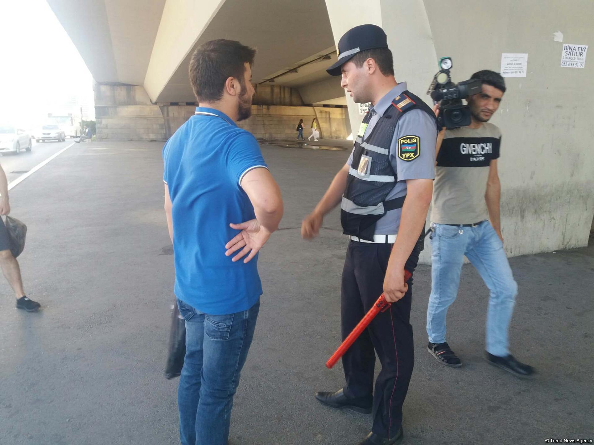 В Баку полиция ведет просветительскую работу среди водителей и пешеходов (ФОТО)