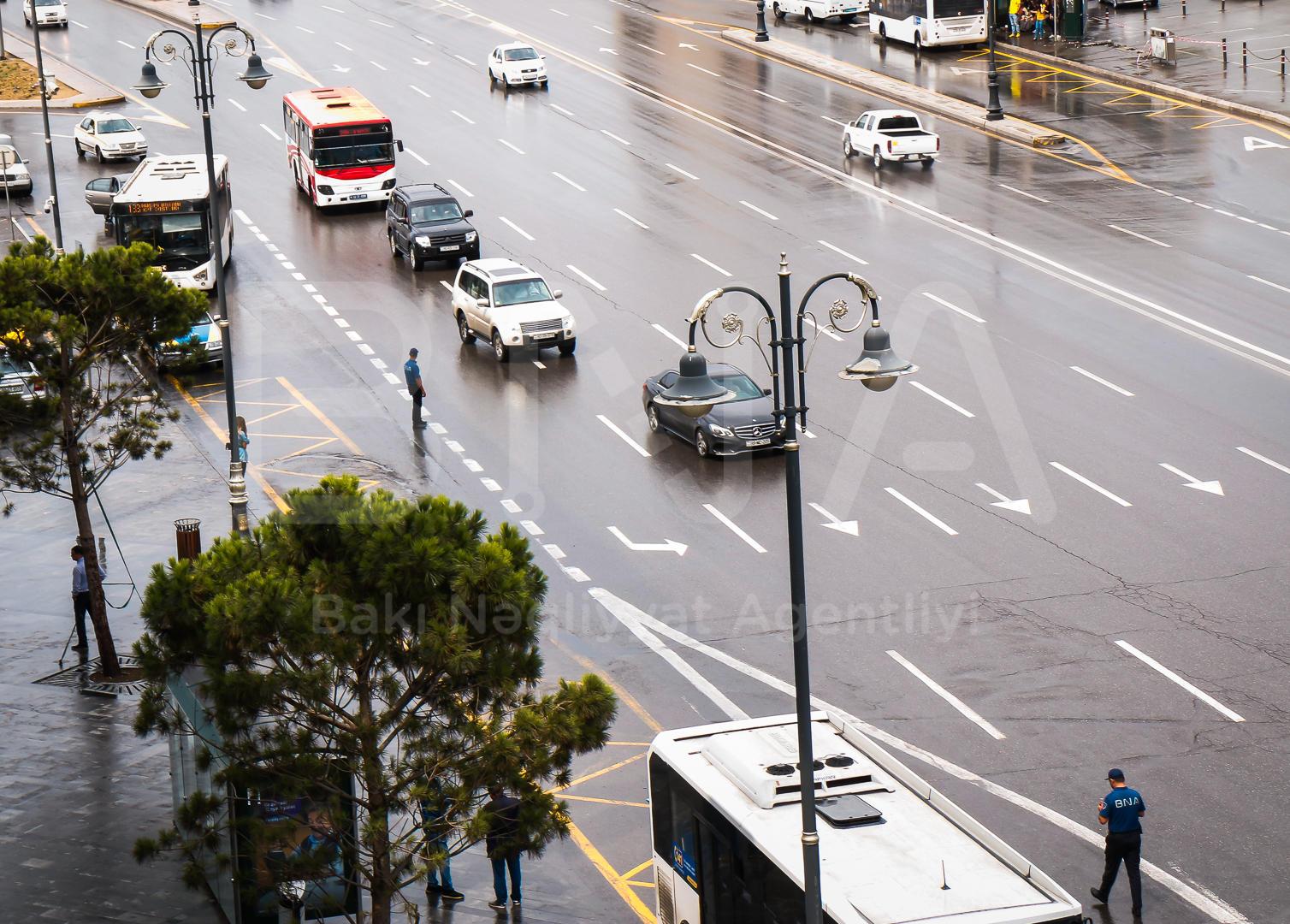 Metronun bu stansiyaları ətrafında nəqliyyat axınına nəzarət gücləndirilib (FOTO) - Gallery Image