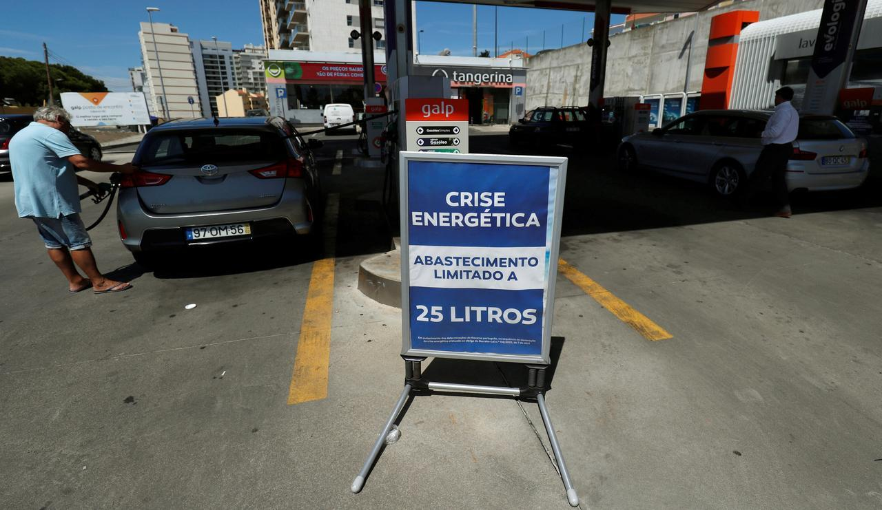 Portugal's fuel-tanker drivers call off strike to negotiate