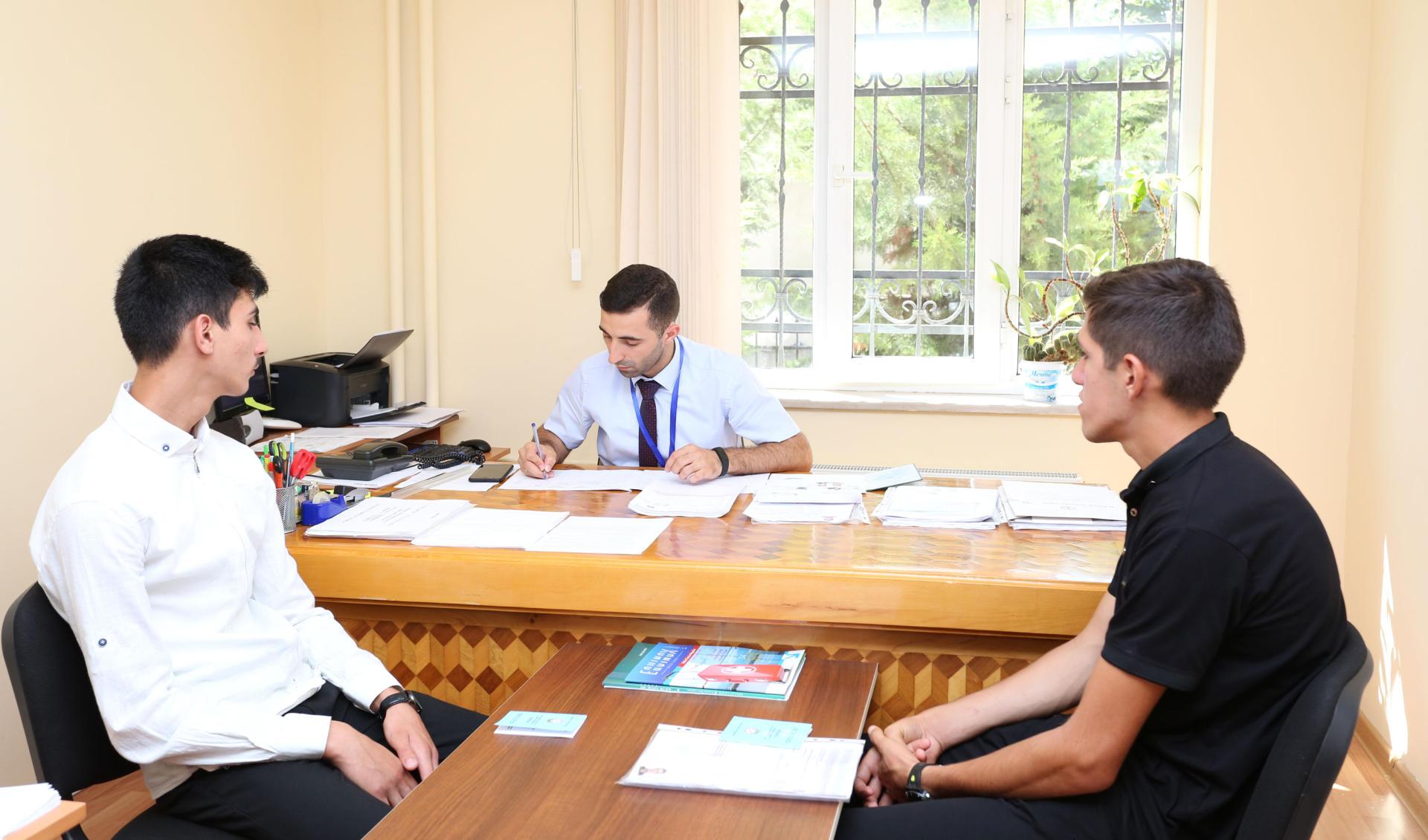 Aİİ rektoru qəbul prosesini izlədi (FOTO) - Gallery Image