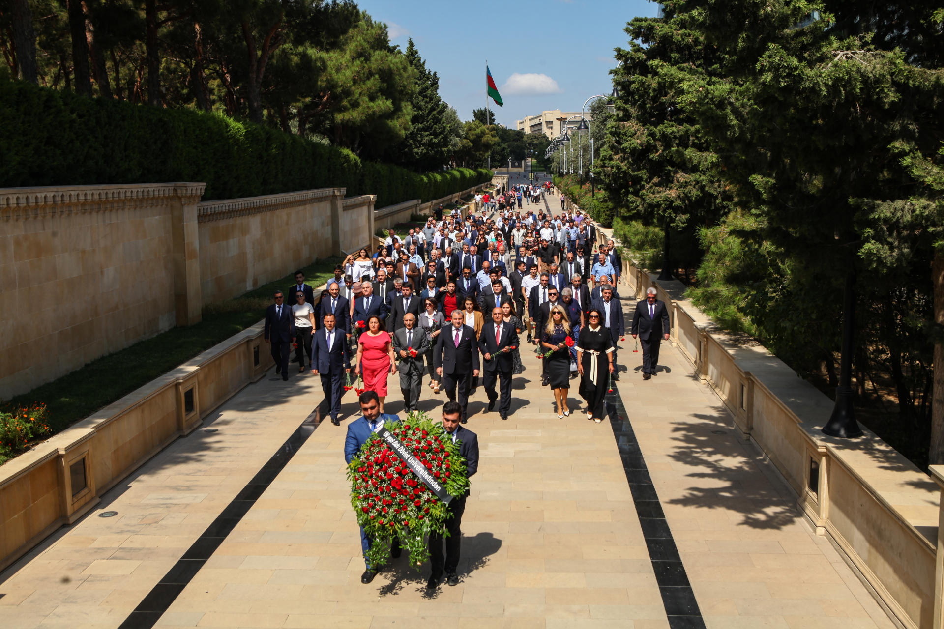 BDU kollektivi ulu öndər Heydər Əliyevin məzarını və Şəhidlər xiyabanını ziyarət edib (FOTO) - Gallery Image