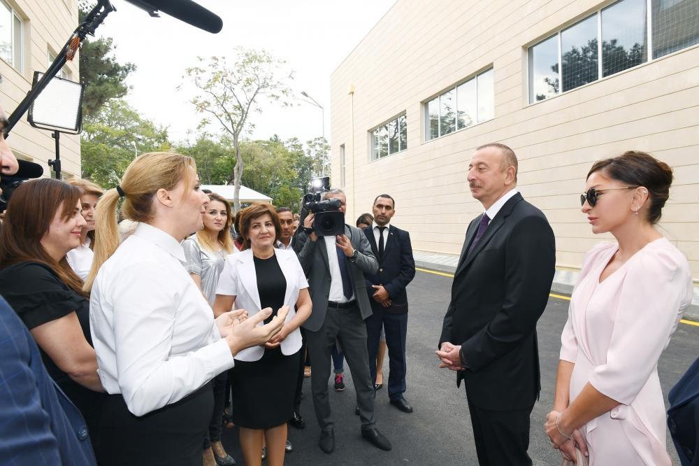 Президент Ильхам Алиев и Первая леди Мехрибан Алиева приняли участие в открытии нового учебного комплекса полной средней школы номер 300 в Бинагадинском районе Баку - Gallery Image
