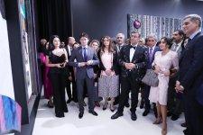 Вице-президент Фонда Гейдара Алиева Лейла Алиева и Арзу Алиева приняли участие в церемонии открытия персональной выставки художника Ахмета Гюнештекина в Центре Гейдара Алиева (ФОТО) (Версия 2) - Gallery Thumbnail