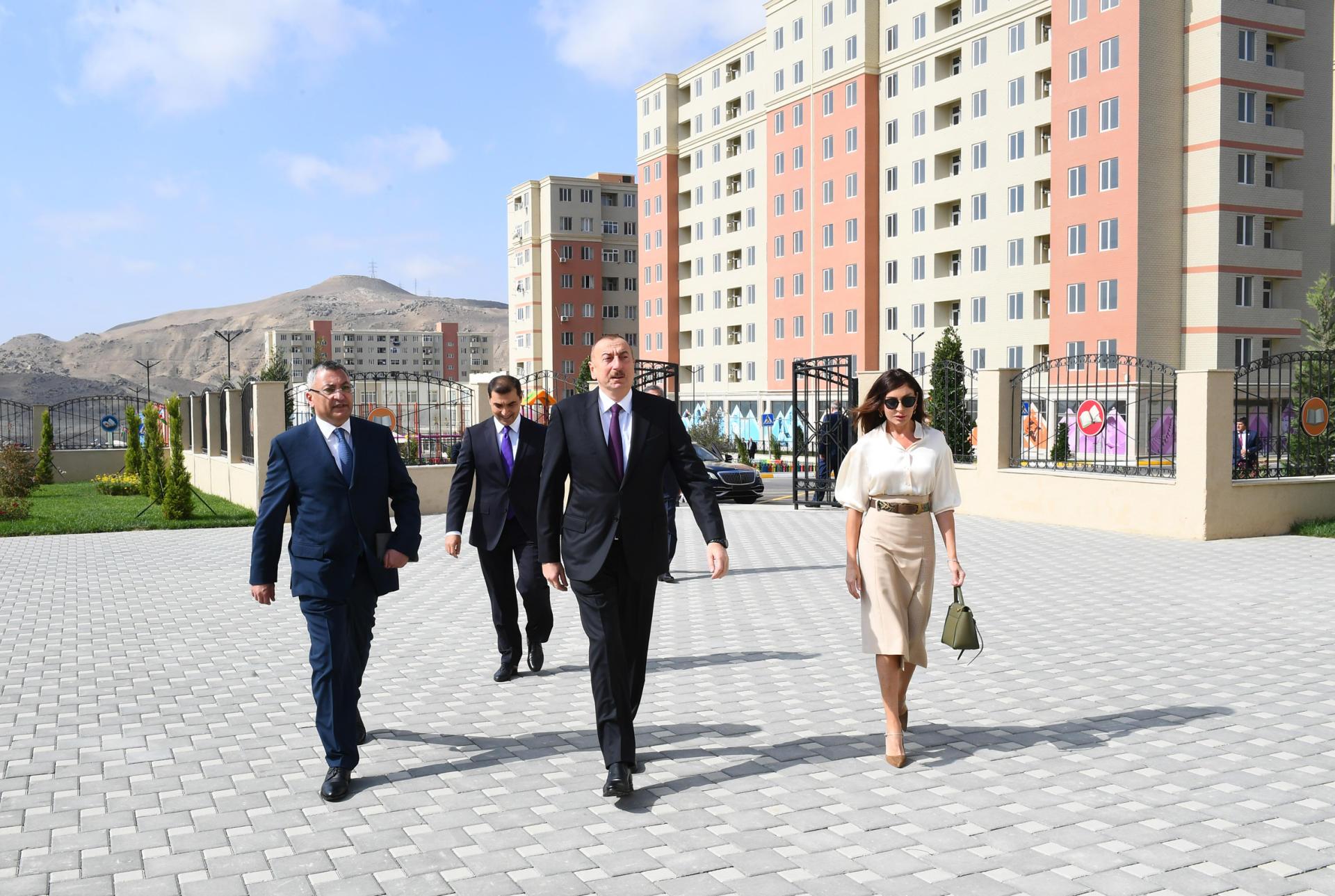 Президент Ильхам Алиев и Первая леди Мехрибан Алиева приняли участие в открытии жилого комплекса «Гобу Парк-2» для вынужденных переселенцев (ФОТО) - Gallery Image