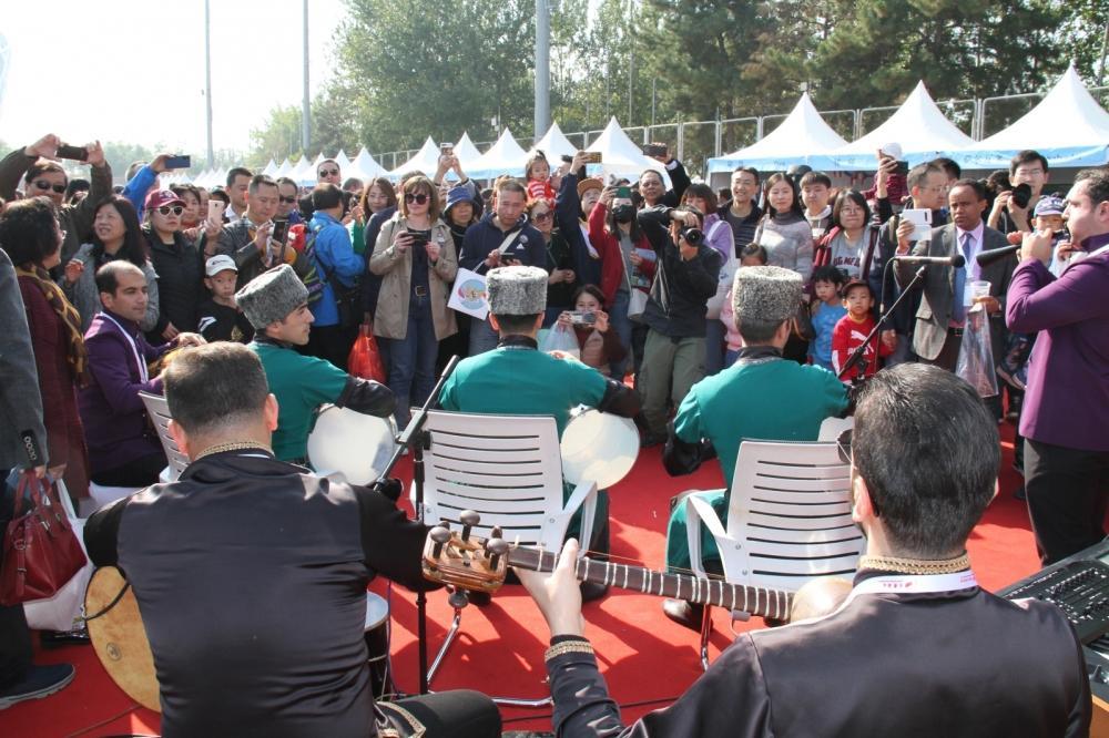 Азербайджан при поддержке Фонда Гейдара Алиева представлен на благотворительной ярмарке в Пекине (ФОТО) - Gallery Image