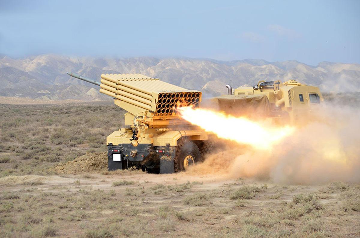 Azərbaycan Ordusunun raket və artilleriya bölmələri döyüş atışları icra edib (FOTO/VİDEO)