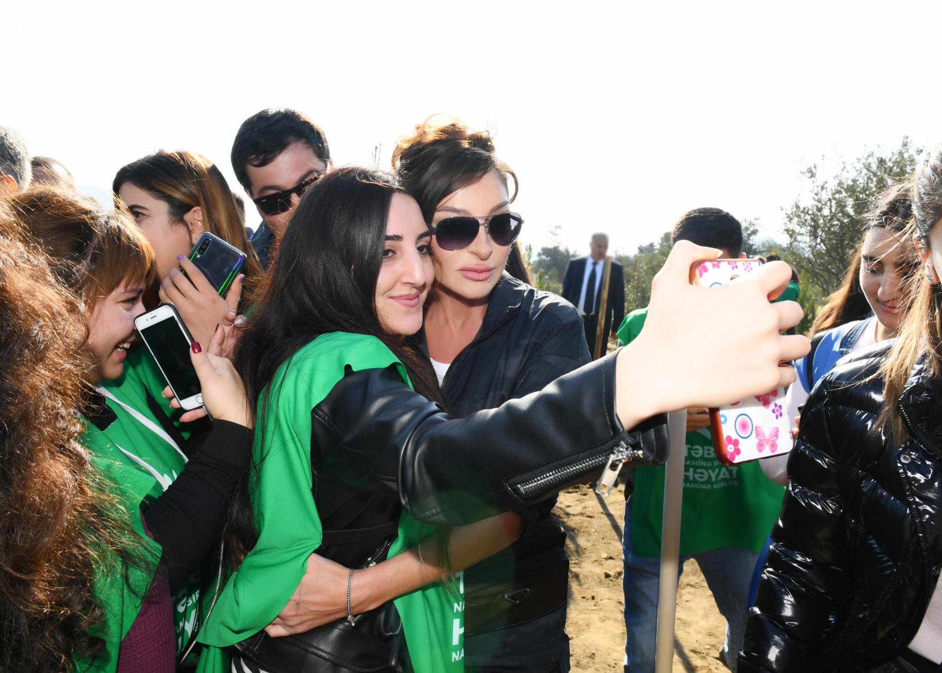 Президент Ильхам Алиев и Первая леди Мехрибан Алиева приняли участие в акции по посадке деревьев в Хатаинском районе Баку (ФОТО) - Gallery Image