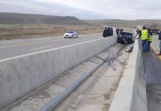 """Bakı-Şamaxı yolunda qəza, """"VAZ"""" yolayrıcında beton arasına düşdü (FOTO)"""