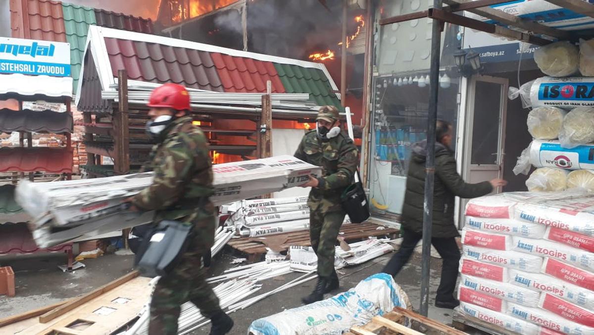 МЧС: При пожаре на рынке стройматериалов в Баку сгорели 2 га территории