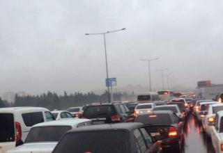 Aeroport yolundakı qəza tıxaca səbəb oldu