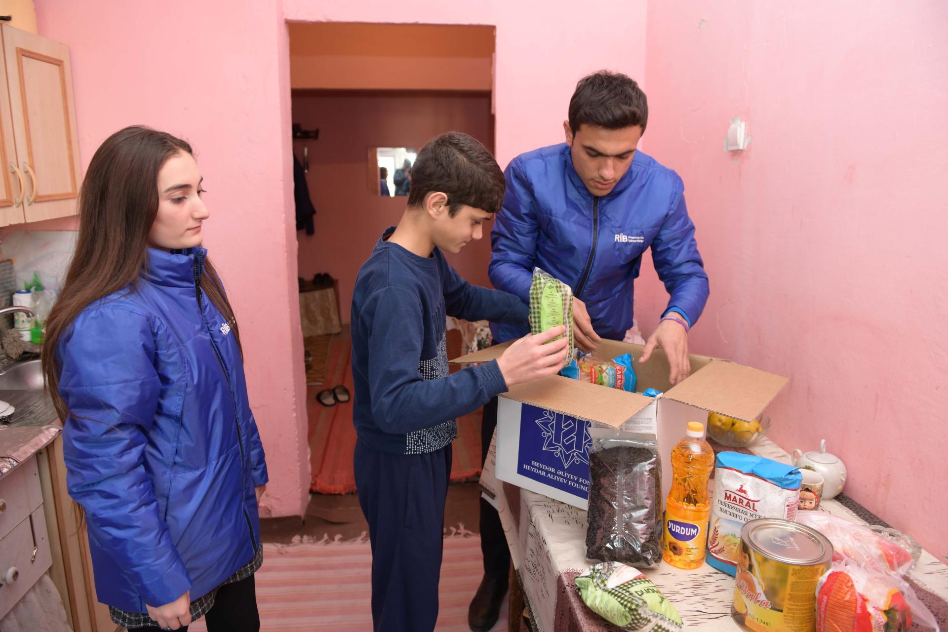 По инициативе Фонда Гейдара Алиева малообеспеченным семьям раздаются праздничные гостинцы (ФОТО) - Gallery Image