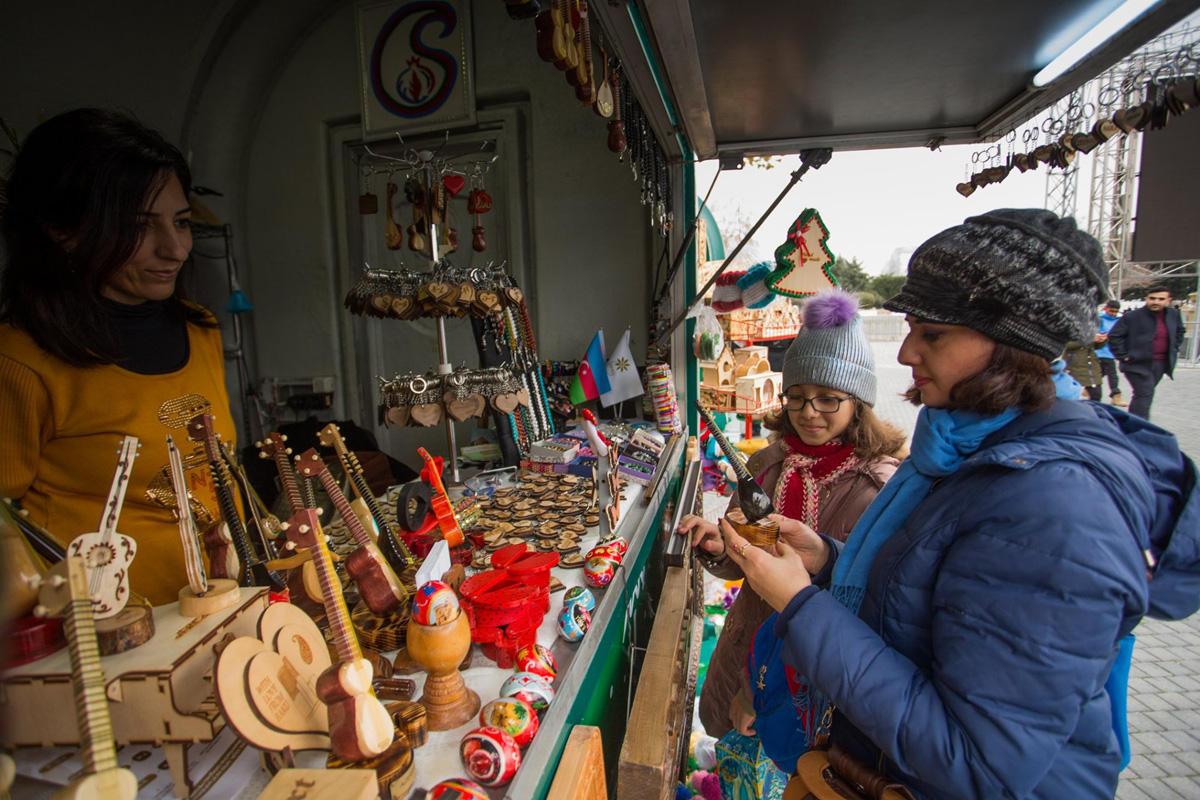 Рукоделие женщин и лиц с инвалидностью на зимней ярмарке-фестивале в Баку (ФОТО) - Gallery Image