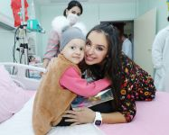 Vice-President of Heydar Aliyev Foundation Leyla Aliyeva meets with children suffering from oncological diseases (PHOTO) - Gallery Thumbnail