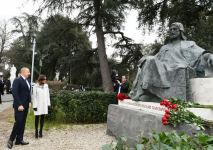 President Ilham Aliyev visits monument to great Azerbaijani poet and thinker Nizami Ganjavi in Rome (PHOTO) - Gallery Thumbnail